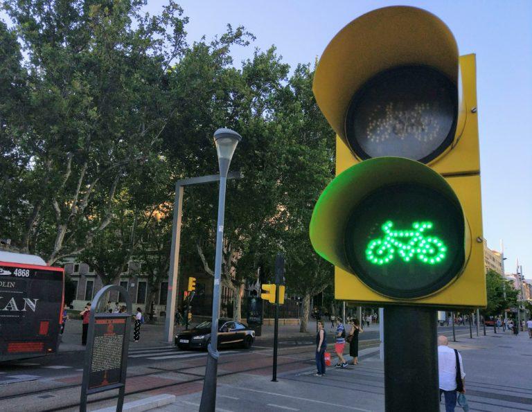 Moverte en bicicleta por Zaragoza - Semáforo de bicicletas en la Plaza Aragón