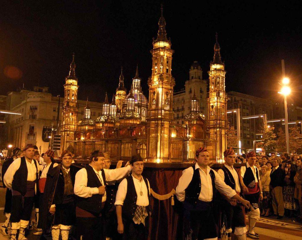 El Rosario de Cristal - Foto de Fiestas y Tradiciones - El 13 de octubre el farol de crital de la Basílica del Pilar de Zaragoza procesionando por sus calles