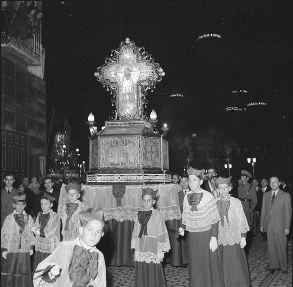 El Rosario de Cristal - Foto de Gran Archivo Zaragoza Antigua - En la Plaza de la Seo 1955, detalle del paso del legendario (fantástico) niño-mártir Dominguito de Val con sus infanticos
