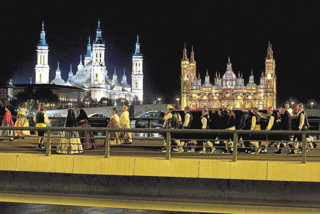 El Rosario de Cristal - Foto de Oliver Duch - Gran Archivo Zaragoza Antigua - En 2011, el puente de Nuestra Señora del Pilar o de Hierro, farol de la Basílica del Pilar, por las obras del tranvía