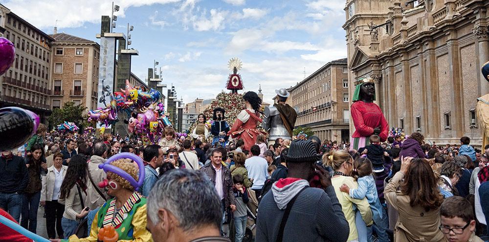Gigantes y Cabezudos - Comparseando la comparsa de Gigantes y Cabezudos por la Plaza del Pilar de Zaragoza delante del manto de la virgen