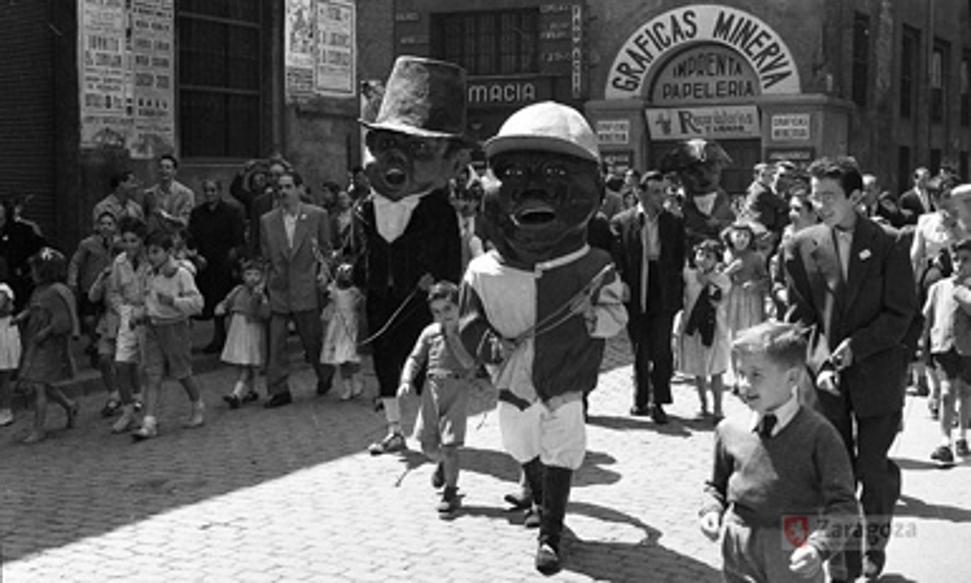Gigantes y Cabezudos - Foto de Gerardo Sancho Ramo - Gran Archivo Zaragoza Antigua - En 1953 el Morico, el Forano y el Verrugón comparseando por las calles de Zaragoza en las Fiestas del Pilar