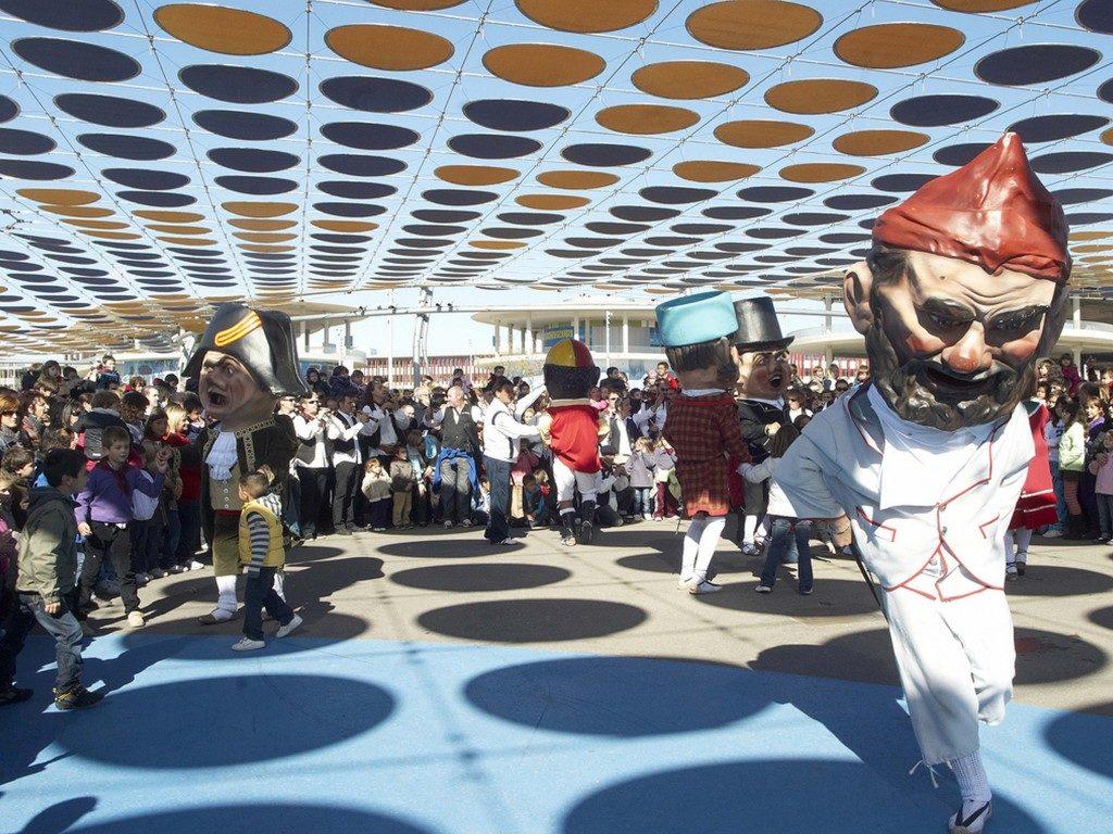 Gigantes y Cabezudos - Foto de Zaragoza Turismo - En el Recinto de la Expo los Cabezudos haciendo las delicias de los más pequeños