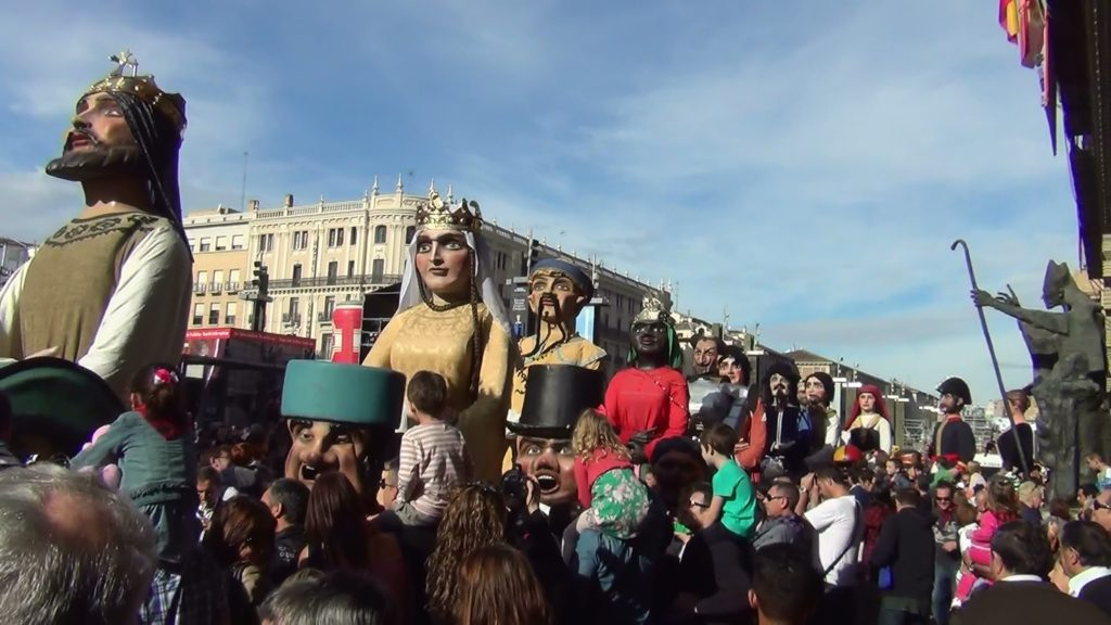 Gigantes y Cabezudos - La comparsa de Gigantes y Cabezudos en las Fiestas del Pilar desfilando por delante del Ayuntamiento de Zaragoza