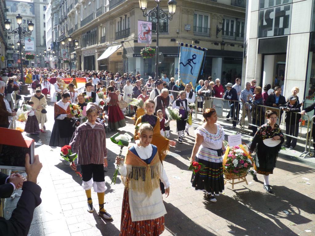 La Ofrenda de Flores de las Fiestas del Pilar - Foto de la Asociación del Párkinson de Aragón durante la Ofrenda de Flores a la Virgen del Pilar el 12 de Octubre