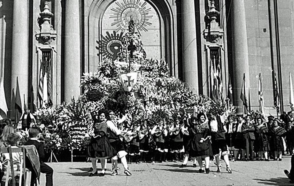 La Ofrenda de Flores de las Fiestas del Pilar - Foto del Gran Archivo Zaragoza Antigua donde se aprecia cómo se celebró la primera ofrenda de flores oficial junto a la fachada de la basílica