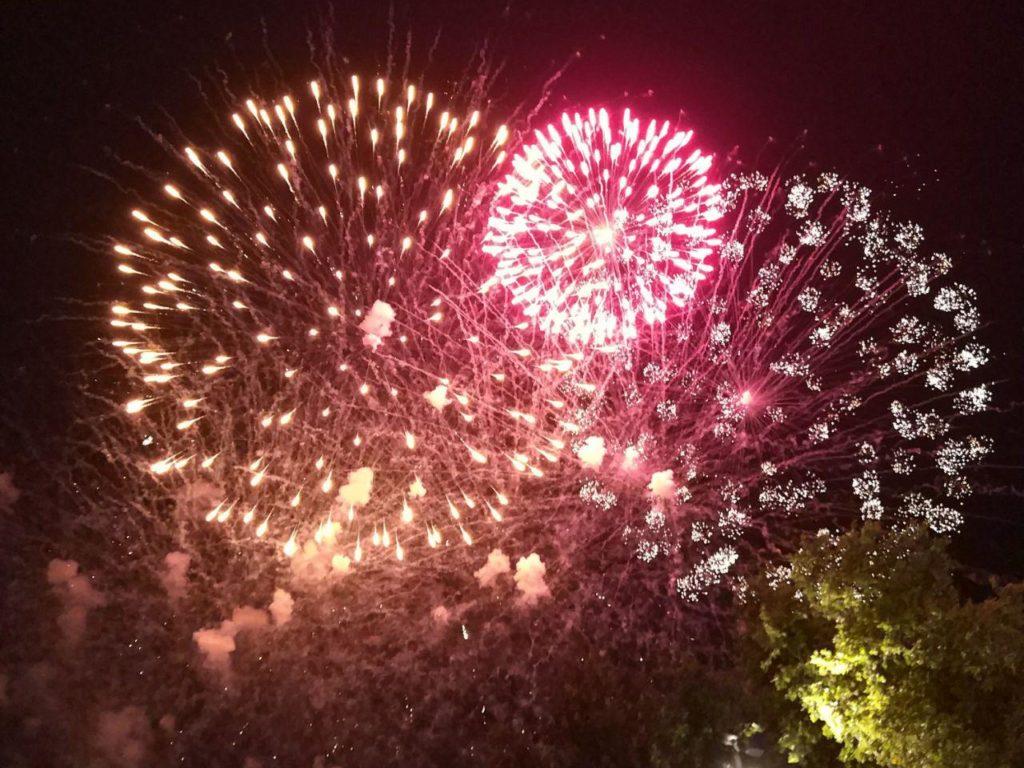 Planes con buen ambiente - Foto de Juan Turmo (@turmoman) - Los fuegos artificiales que cierran las Fiestas del Pilar de Zaragoza siempre son un evento con buen ambiente