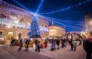 Muestra de Navidad en la Plaza del Pilar - Foto de Ayuntamiento de Zaragoza - Árbol de Navidad que preside la plaza llena de puestos y atracciones