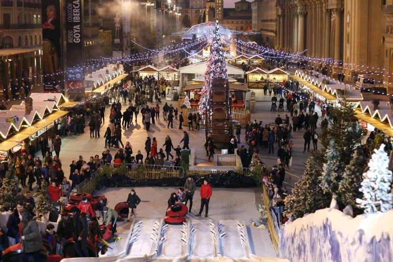 Muestra de Navidad en la Plaza del Pilar - Foto de Red Aragón - Tobogán gigante desde el que se ve toda la Plaza del Pilar en Navidad
