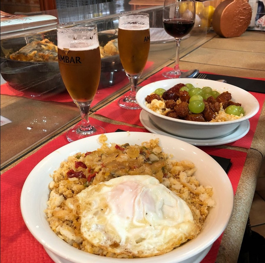 Platos típicos de Zaragoza - Migas con huevo frito o uva de La Miguería, situado en el barrio zaragozano de la Madalena