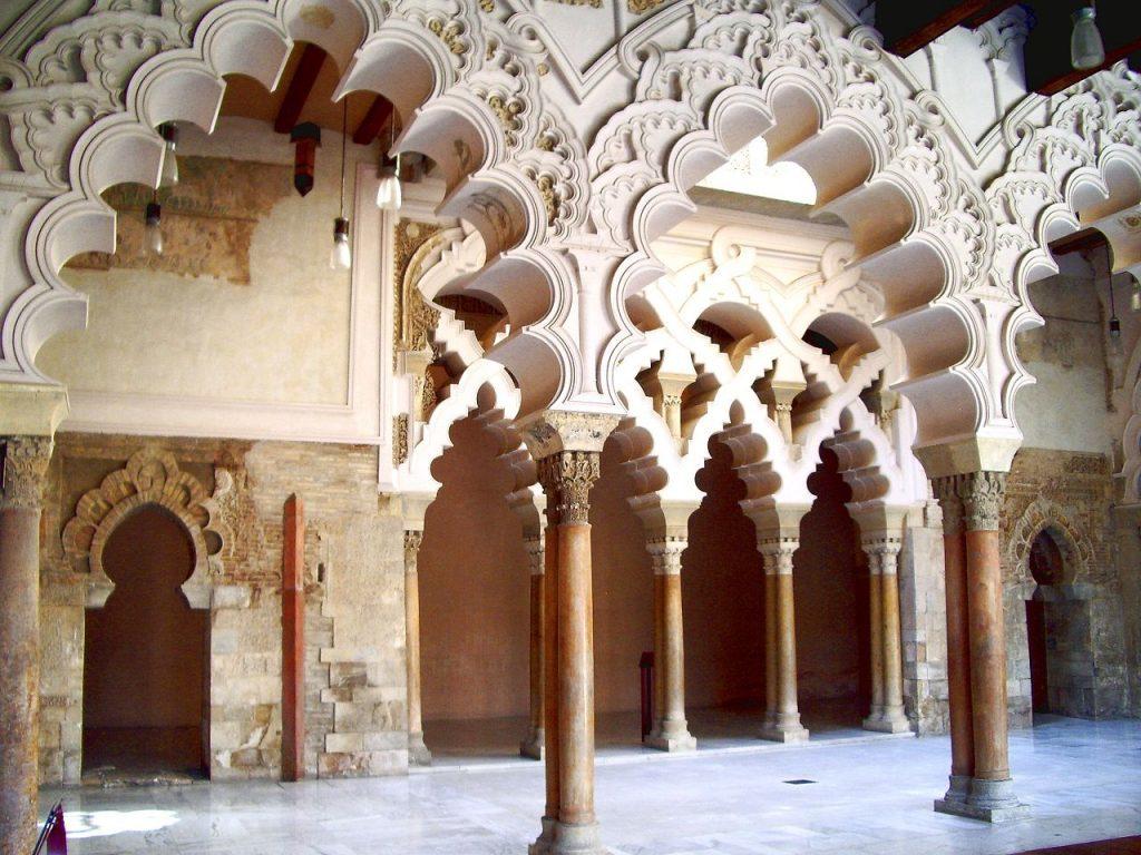 Monumentos en Zaragoza - Arcos del patio con el estilo de los palacios omeyas de la época