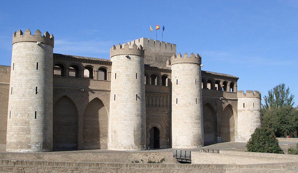 Monumentos en Zaragoza - Foto de Wikipedia - Palacio de la Aljafería uno de los munumentos más importantes de la arquitectura hispano-musulmana