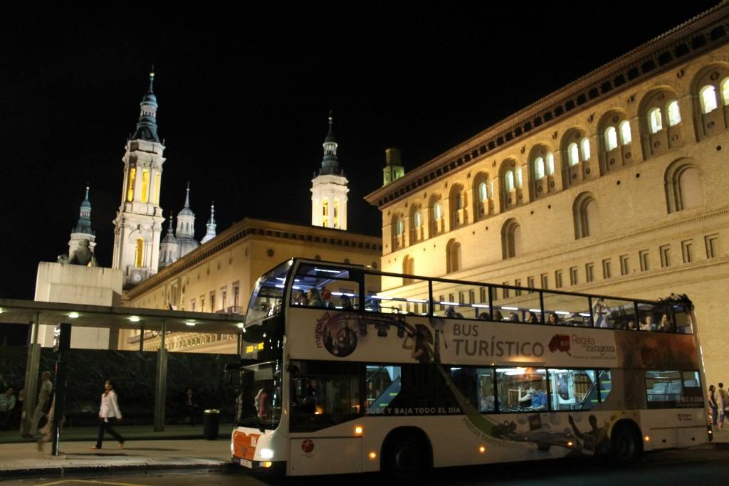 Moverte en autobús por Zaragoza - Foto de Zaragoza Turismo - El bus turístico nocturno desde la salida de la Plaza de la Seo con la Calle Don Jaime I