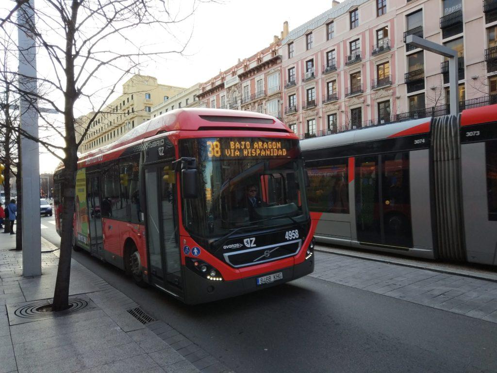 Moverte en autobús por Zaragoza - Uno de los autobuses articulados de la línea diurna 38 haciendo su recorrido por Paseo Independencia junto al tranvía con el que comparte recorrido en ese tramo