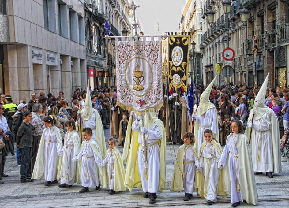 Programa de Semana Santa en Zaragoza 2019 - Foto de Cofradía Eucaristía - Estandarte y cofrades de la Cofradía de la Institución de la Sagrada Eucaristía de Zaragoza