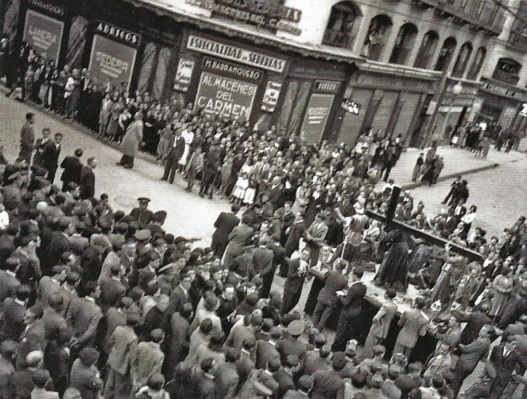 Foto Gran Archivo Zaragoza Antigua - Camino del Calvario Semana Santa en Zaragoza 1935 - Procesión del Santo Entierro después de años de suspensión
