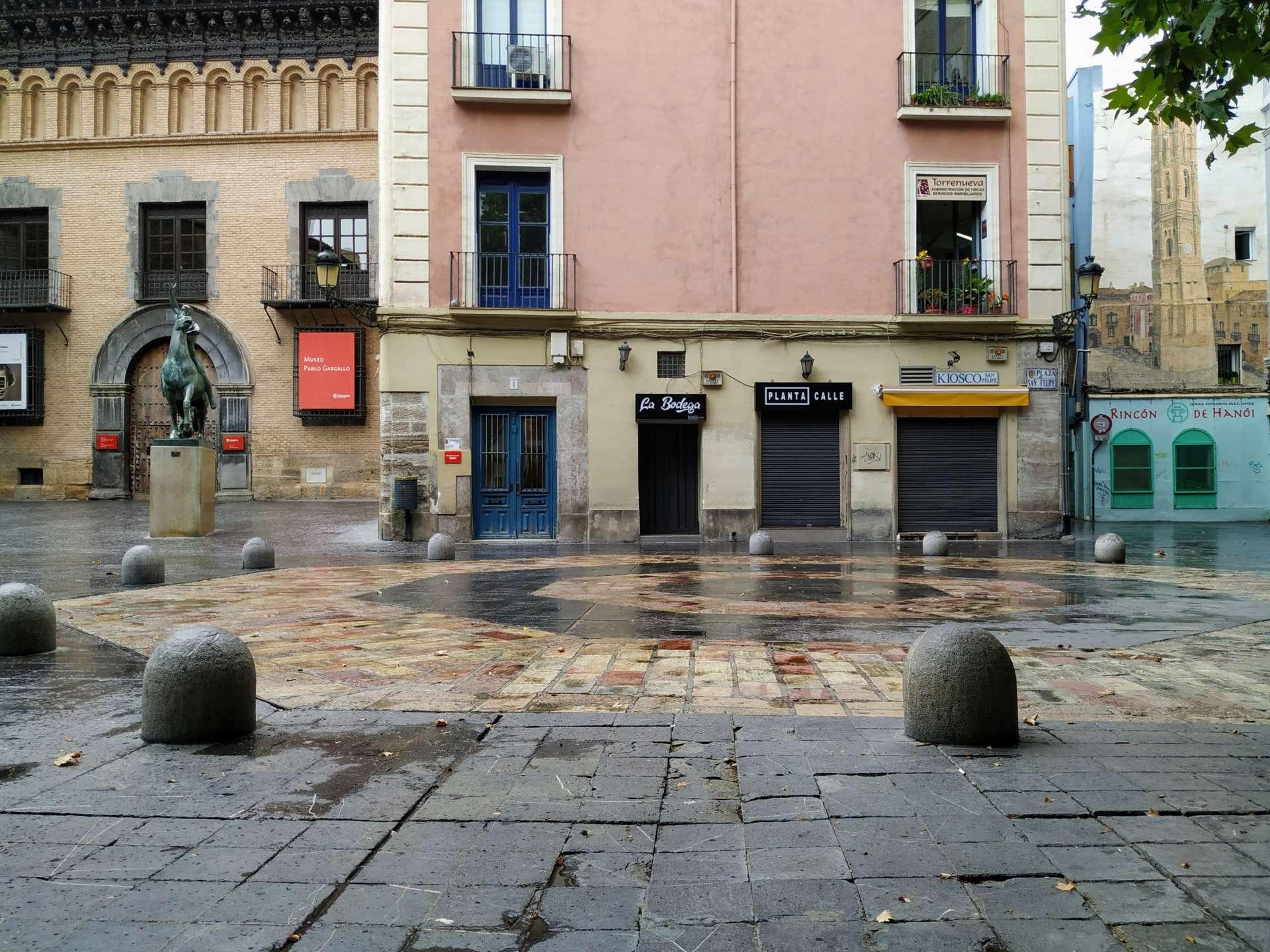 Base octogonal de la lo que fue la torre de la Plaza San Felipe junto con el Museo Pablo Gargallo a la izquierda y el mural de la torre a la derecha