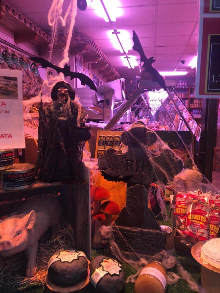 Charcutería del barrio de El Gancho decorada con motivo de Halloween